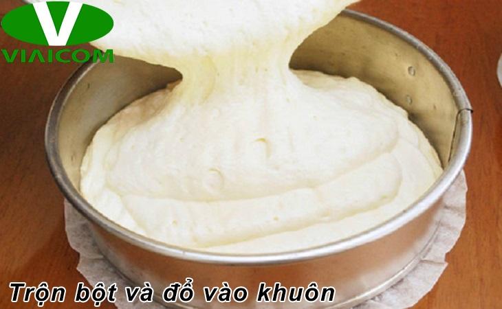 Cách làm bánh bông lan bằng nồi chiên không dầu - Trộn bột và đổ vào khuôn